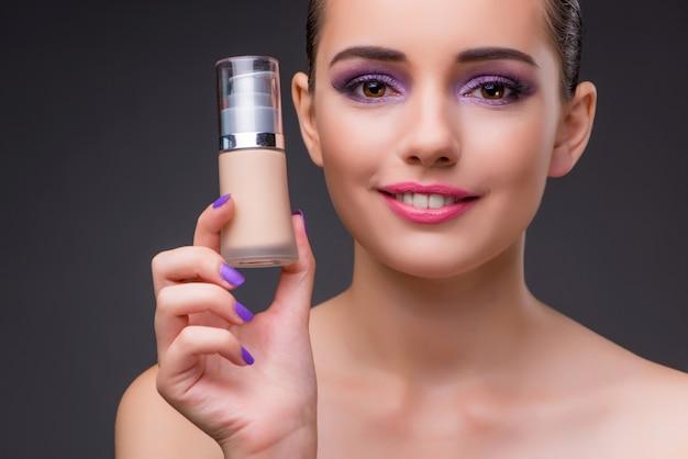 Frau mit einer flasche sahne Premium Fotos