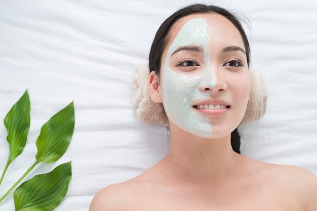 Frau mit einer gesichtsmaske in einem badekurort Kostenlose Fotos