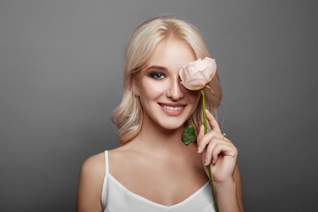 Frau mit einer großen blume in der hand. nette frau Premium Fotos