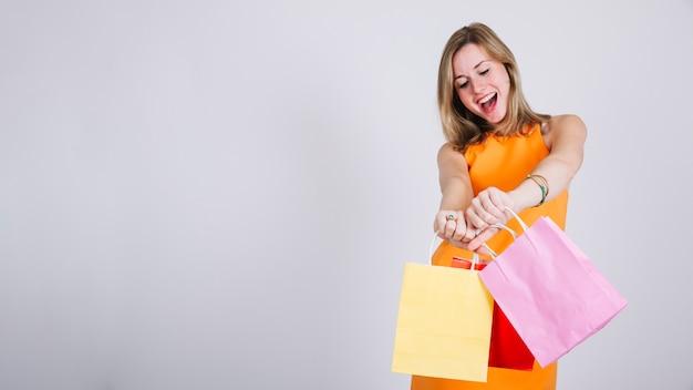 Frau mit einkaufstüten und platz auf der linken seite Kostenlose Fotos