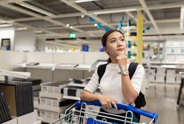 Frau mit einkaufswagen am speicher Premium Fotos