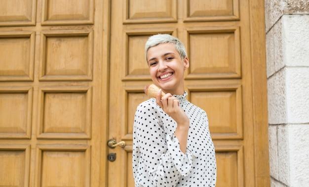 Frau mit eiscreme und weißem hemd Kostenlose Fotos