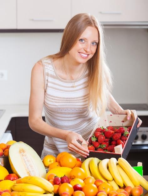 Frau mit erdbeeren und anderen früchten Kostenlose Fotos