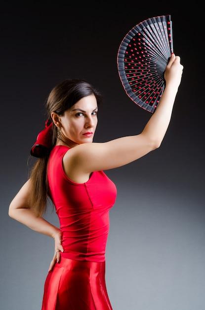 Frau mit fächertanztänzen Premium Fotos