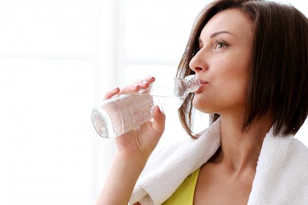 Frau mit flasche frischem wasser Kostenlose Fotos