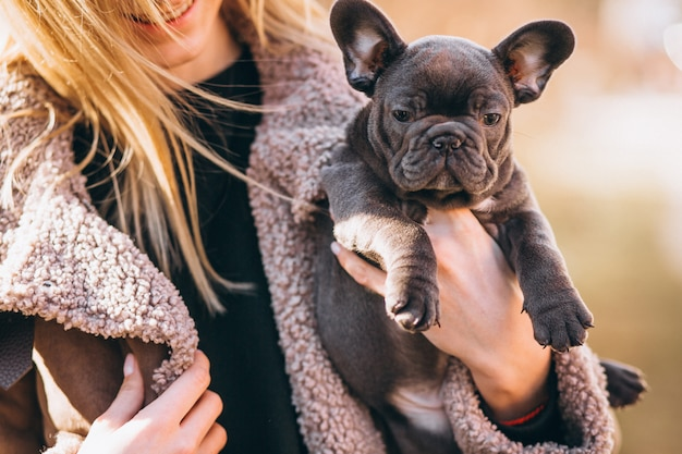 Frau mit französischer bulldogge Kostenlose Fotos
