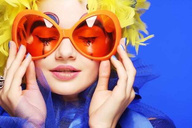 Frau mit gelben haaren und karnevalsgläsern Premium Fotos