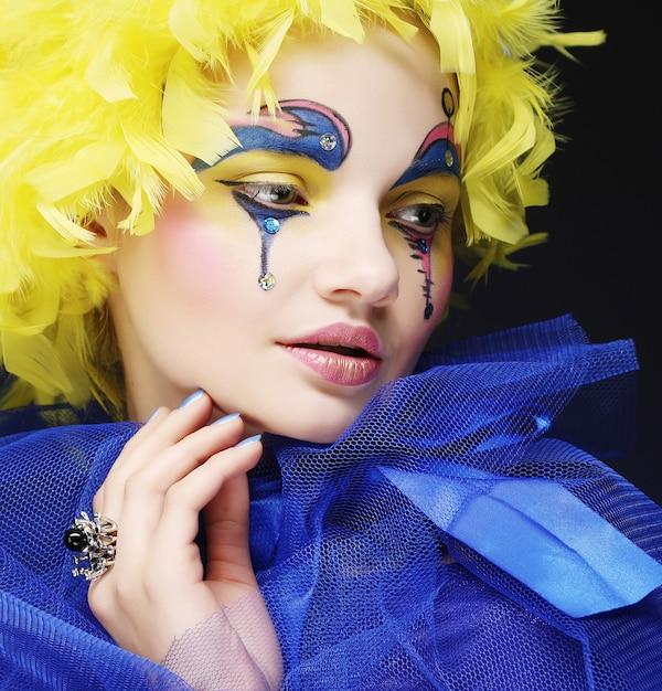 Frau mit gelber perückenfeder Premium Fotos