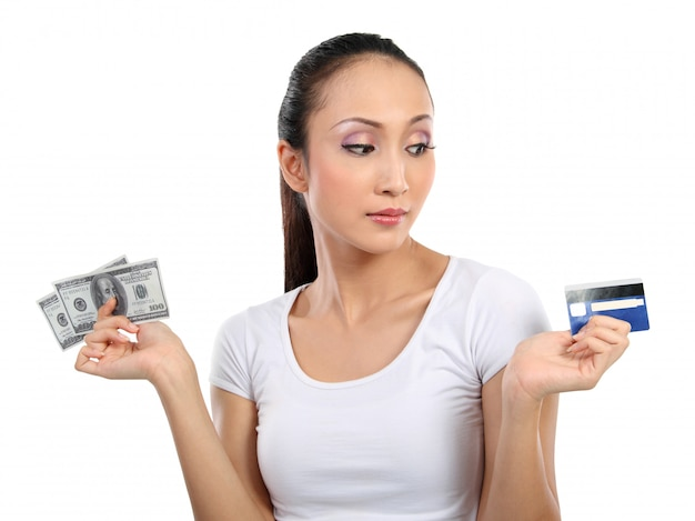 Frau mit geld und kreditkarte Premium Fotos