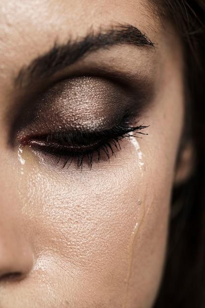 Frau mit geschlossenen augen und make-up weinen Kostenlose Fotos