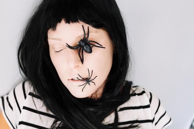 Frau Mit Geschlossenen Augen Und Spinnen Im Gesicht