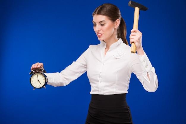 Frau mit hammer und wecker Premium Fotos