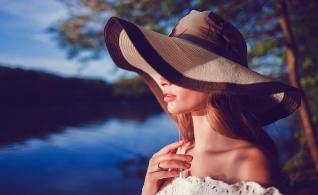 Frau mit hut Premium Fotos