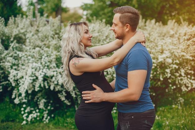 Frau mit ihrem ehemann in einem sommerpark Kostenlose Fotos