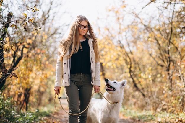 Frau mit ihrem hund, der in park geht Kostenlose Fotos