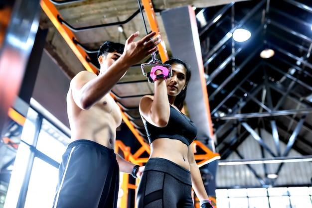Frau mit ihrem persönlichen fitnesstrainer. Premium Fotos