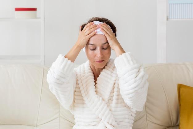 Frau mit ihrem stirnband vorderansicht Kostenlose Fotos