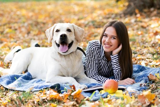 Frau mit ihrer besten freundin im park Kostenlose Fotos