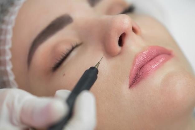 Frau mit kosmetischer galvanischer schönheitsbehandlung Premium Fotos