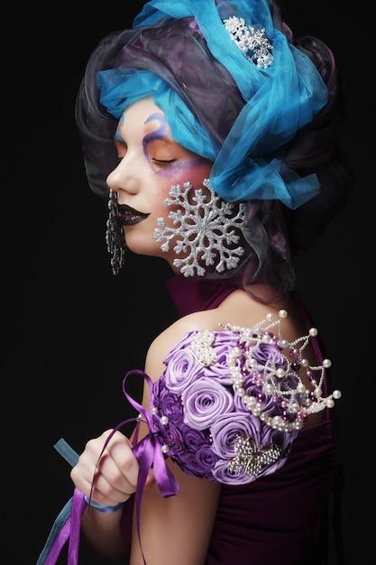 Frau mit kreativem bilden das halten eines blumenstraußes des schmucks Premium Fotos