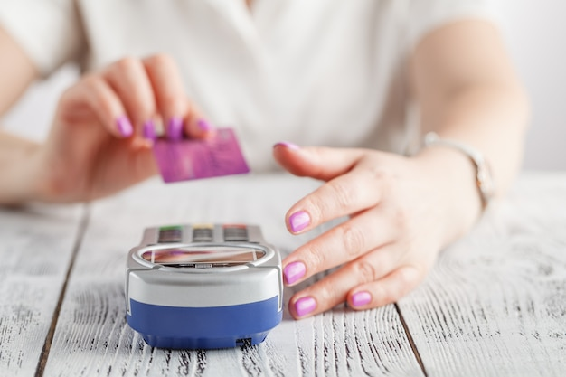 Frau mit kreditkarte bezahlen Premium Fotos