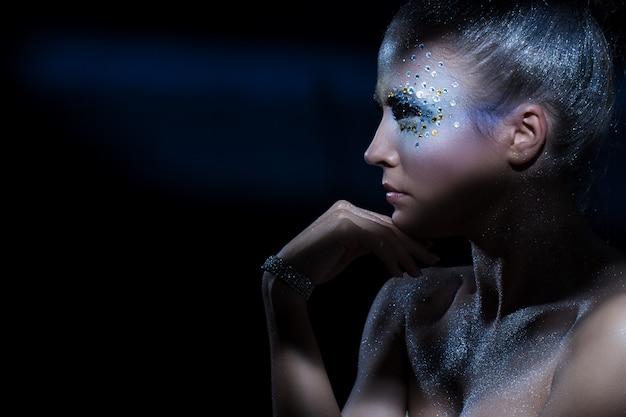 Frau mit künstlerischem make-up Kostenlose Fotos