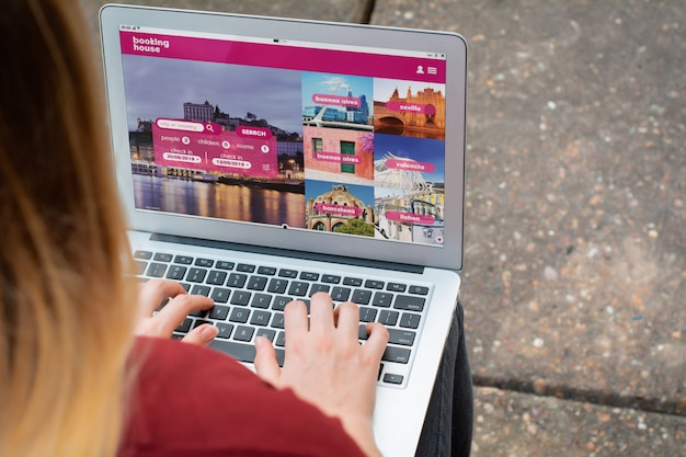 Frau mit laptop ein hotel auf der website buchen Premium Fotos