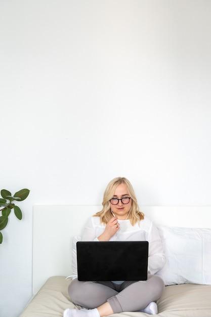 Frau mit laptop und headset zu hause Premium Fotos