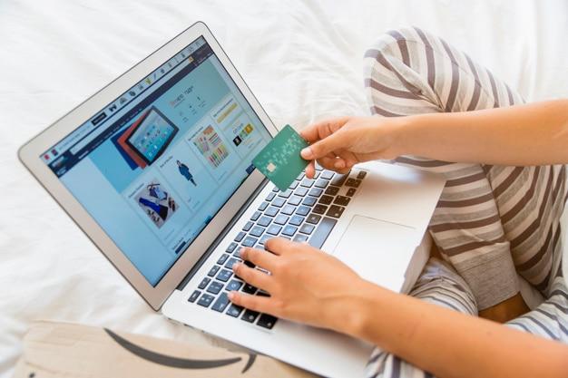 Frau mit laptop und kreditkarte Kostenlose Fotos
