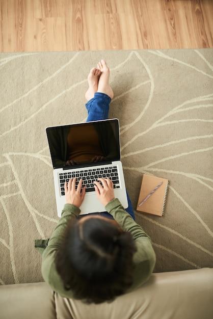 Frau mit laptop Kostenlose Fotos