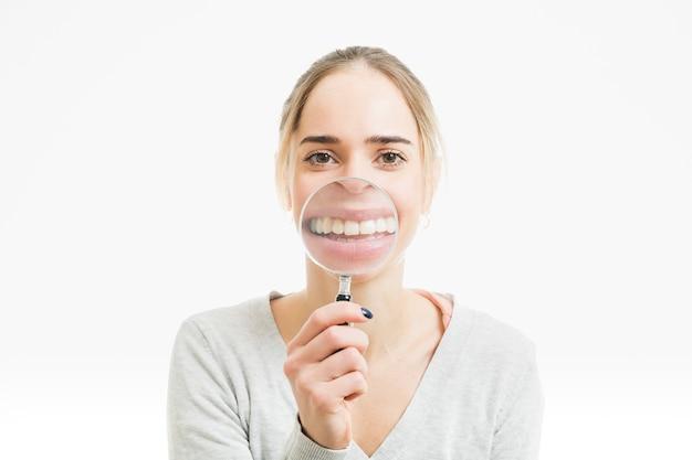 Frau mit lupe Kostenlose Fotos