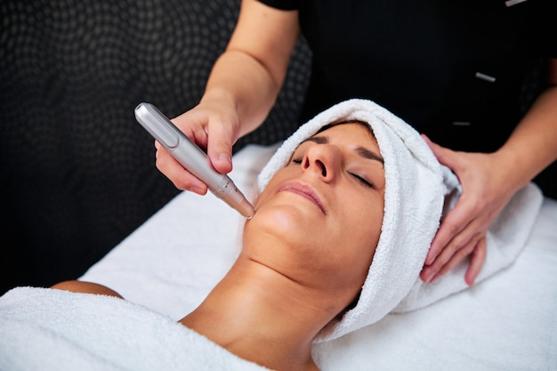 Frau mit mikronadelbehandlung im spa Premium Fotos