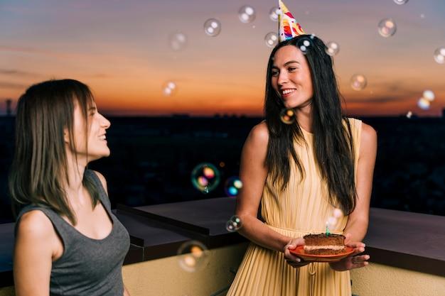 Frau mit partyhut auf dachspitzenparty Kostenlose Fotos