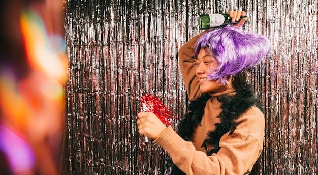 Frau mit perückentanzen an der karnevalsparty Kostenlose Fotos