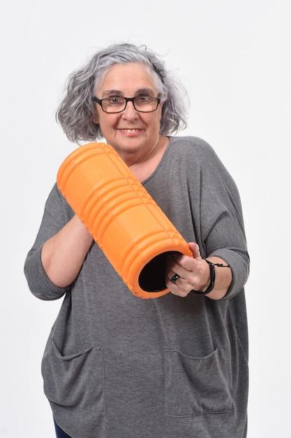 Frau mit rollenfett auf weiß Premium Fotos