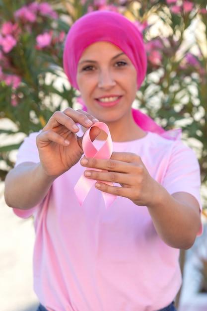 Frau mit rosa schal auf dem kopf Premium Fotos