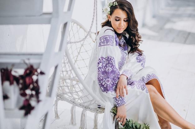 Frau mit schönen weißen kleid und blumenstrauß Kostenlose Fotos