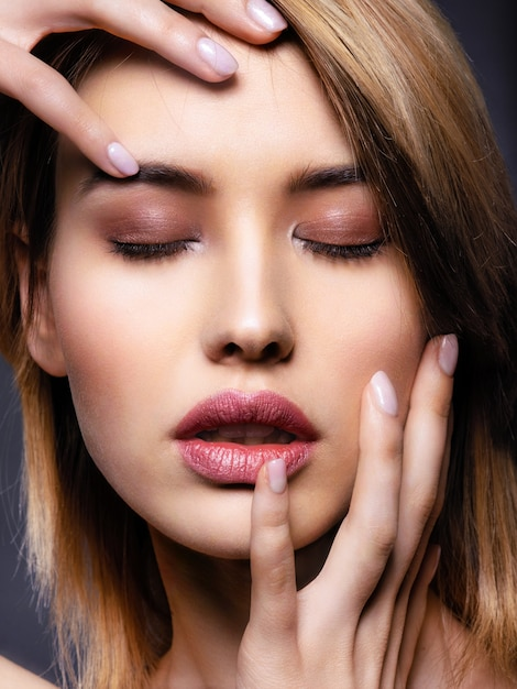 Blondine Blaue Augen Gesichtsbehandlung