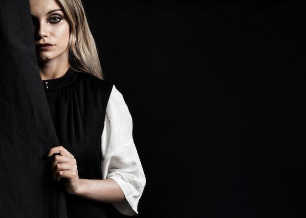 Frau mit schwarzem kleider- und kopienraum Kostenlose Fotos