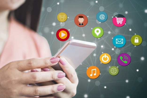 Frau mit smartphone für social media Premium Fotos