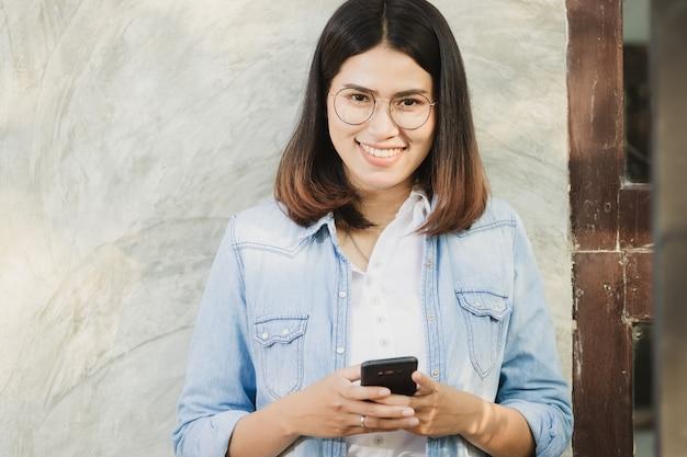 Frau mit smartphone in der freizeit mit glücklich arbeiten. Premium Fotos