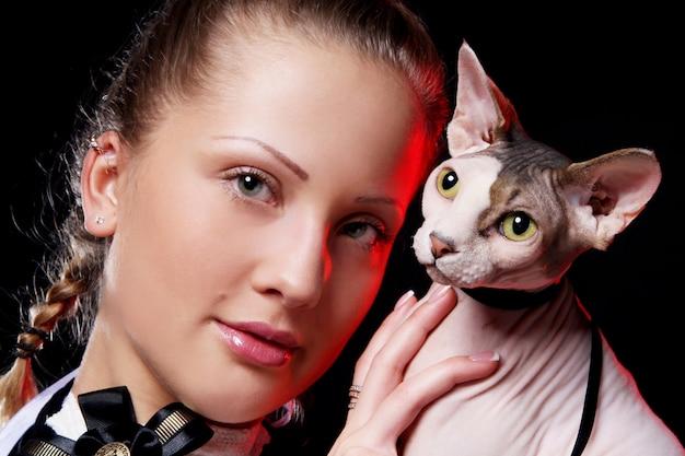 Frau mit sphynx katze Kostenlose Fotos