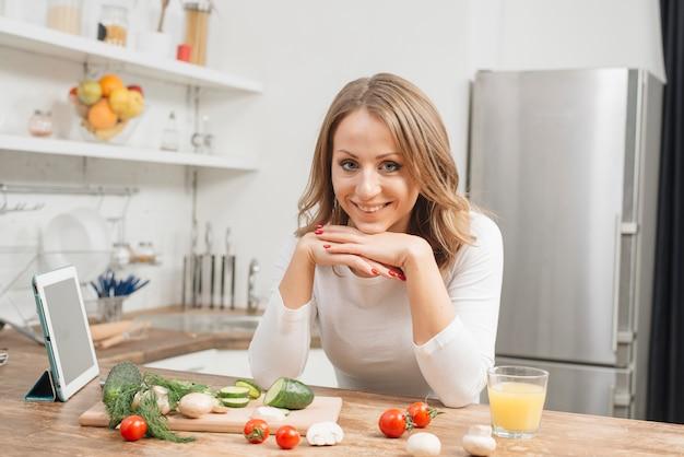 Frau mit tablette in der küche Kostenlose Fotos