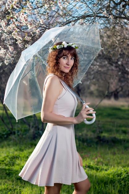 Frau mit transparentem regenschirm Premium Fotos