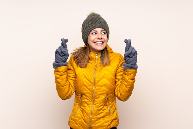 Frau mit winterhut über wand mit der fingerüberfahrt Premium Fotos