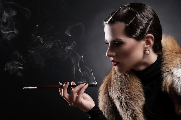 Frau mit zigarette im weinlesebild Kostenlose Fotos