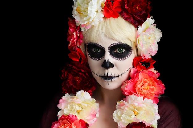 Frau mit zuckerschädel-make-up und blondem haar lokalisiert. tag der toten. halloween. Premium Fotos