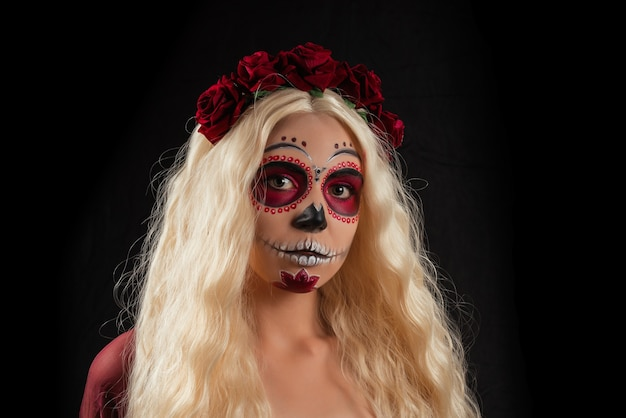 Frau mit zuckerschädel-make-up und blondem haar lokalisiert Premium Fotos