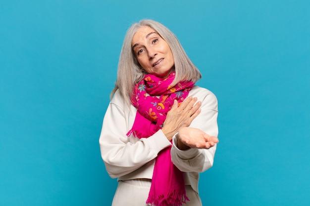 Frau mittleren alters, die sich glücklich und verliebt