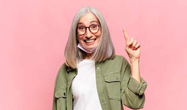 Frau mittleren alters, die sich wie ein fröhliches und